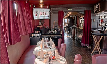 Le Salon rouge du Libertalia, restaurant bar club sur péniche